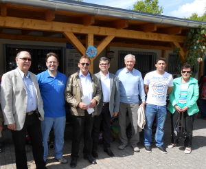 Im Bild von links nach rechts: Gosbert Hubertus, Robert Knecht, Vorsitzender der DJK Robert Altmeyer, Beigeordneter Jürgen Detzler, Dieter Thinnes, Dachdecker Markus Rizzo und Klara Altmeyer